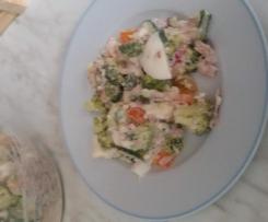 sałatka brokułowa z tuńczykiem